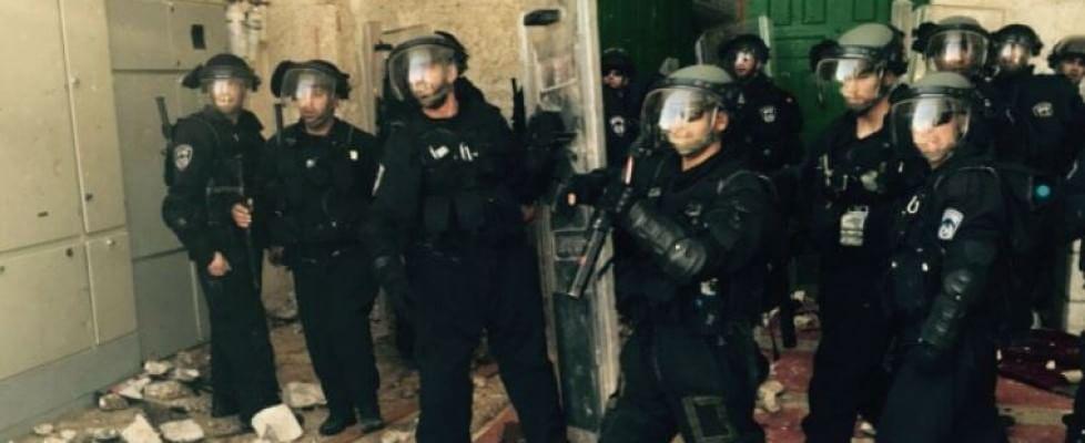 Gerusalemme, polizia israeliana nella moschea di al-Aqsa: scontri nel luogo sacro dell'Islam