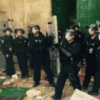 Gerusalemme, polizia israeliana nella moschea di al-Aqsa: scontri nel luogo sacro...