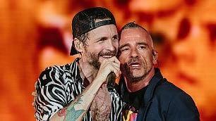 Jovanotti invita Eros al San Paolo dal palco l'omaggio a Pino Daniele    ''Yes I Know...''   -   ''Quanno chiove''