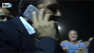 Renzi alla Festa dell'Unità Fan al telefono, imita Berlusconi    Video  Sfida a biliardino con Orfini