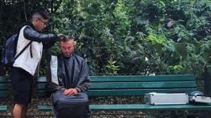 Taglio gratis per i senzatetto Il barbiere solidale: ''Copiatemi''