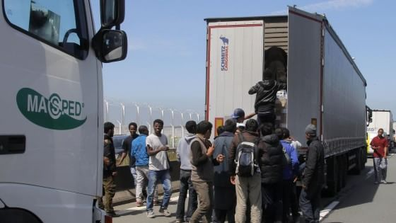 Francia, oltre 2000 migranti invadono l'Eurotunnel