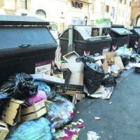 Assenteismo e mezzi rotti: ecco perché nella capitale i rifiuti restano sulle strade