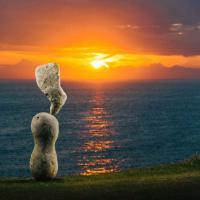 Isola di Man, pietre in perfetto equilibrio: le sculture sfidano la forza di gravità