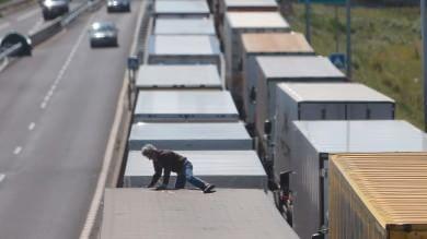 Francia, salta su treno e muore fulminato Emergenza migranti, assalto a Eurotunnel
