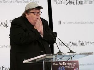 Michael Moore col suo doc atto d'accusa agli Usa