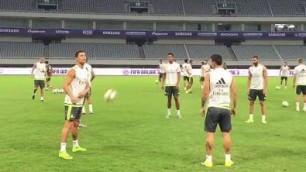 Ronaldo palleggio show Tocco no look e saluta i tifosi
