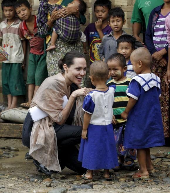Angelina Jolie tra i bambini dimenticati del Myanmar