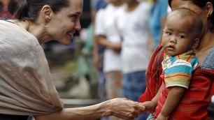 Angelina  tra i bimbi del Myanmar    Video  E il rifugiato  chiede il selfie