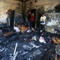 Cisgiordania, estremisti israeliani danno fuoco a una casa: muore bimbo palestinese di 18...