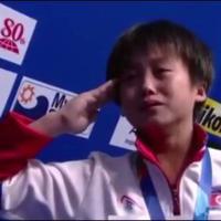 Tuffi, storico oro alla Nord Corea: il saluto militare dell'atleta sul podio