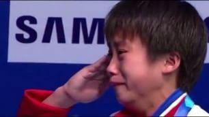 Tuffi, storico oro alla Nord Corea Kim Kuk Hyang piange sull'attenti