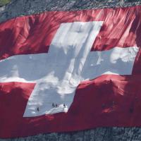 Svizzera, enorme bandiera sulla montagna per celebrare la festa nazionale