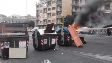Roma, protesta contro gli sfratti cassonetti in fiamme, traffico in tilt