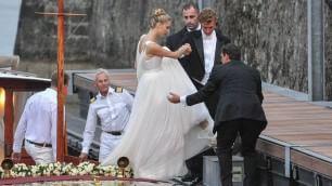 Arrivano gli sposi dopo il 'sì' Lei è vestita Giorgio Armani    Il party prima delle nozze