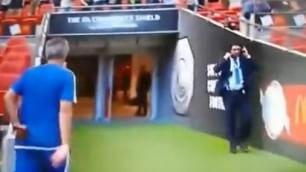 Primo ko, Mourinho non ci sta e lancia la medaglia sugli spalti