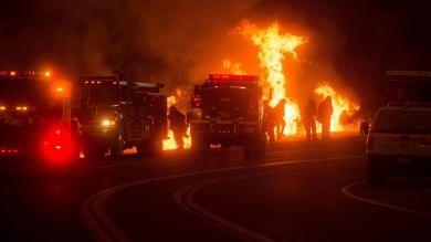 California, si aggrava l'emergenza incendi Già sgomberate 6 mila case -   foto   -    video