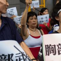 Hong Kong, protesta in reggiseno contro l'arresto di una donna