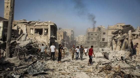 Siria, jet regime cade su città al confine con Turchia, è strage. Obama ok a raid anche contro Assad