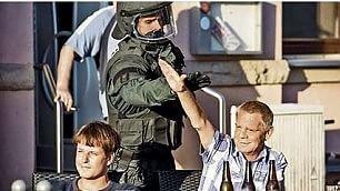 Giù il braccio: poliziotto impedisce    saluto nazista a un simpatizzante