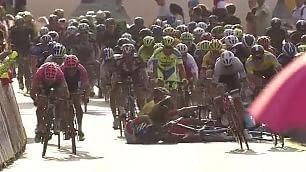 Giro Polonia, effetto domino Ewan cade e trascina giù tutti