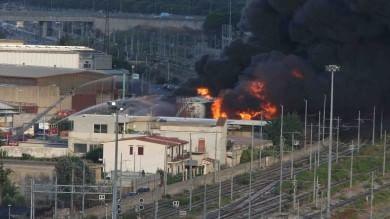 Palermo, a fuoco deposito di carburante  al quartiere Brancaccio   Foto
