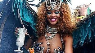 Piume azzurre, ali e lapislazzuli Rihanna regina del Carnevale