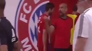 Parole grosse negli spogliatoi quasi rissa tra Guardiola e De Jong