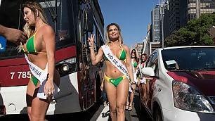 """Sfilano le miss """"Fondoschiena""""  a San Paolo va in tilt il traffico"""