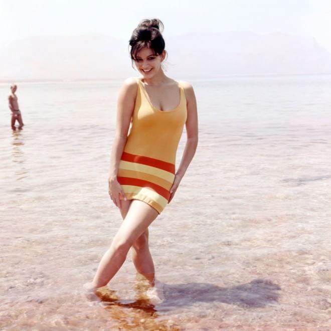 Da Sandrelli a Cardinale, bellezze al bagno in costume - Spettacoli ...
