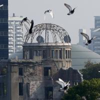 Hiroshima, silenzio e campane: il Giappone ricorda i 70 anni dalla bomba