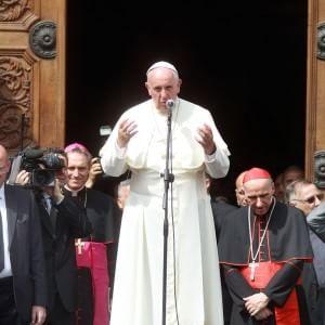 """Papa Francesco sui migranti: """"Respingerli è un atto di guerra"""""""