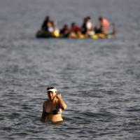 Grecia, l'arrivo dei migranti sulle spiagge dei turisti