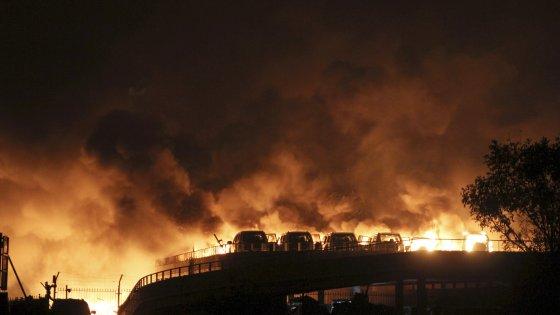 Cina, esplosioni devastano la città portuale di Tianjin: decine di morti, centinaia i feriti