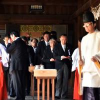 Due ministri giapponesi visitano il cimitero dei criminali di guerra nipponici