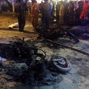 Thailandia, bomba nel centro di Bangkok: 22 morti, alcuni stranieri. Identificato un sospetto