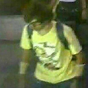 """Bomba Bangkok, presunto attentatore in un video. Polizia: """"Lascia zaino poi fugge, è lui"""""""