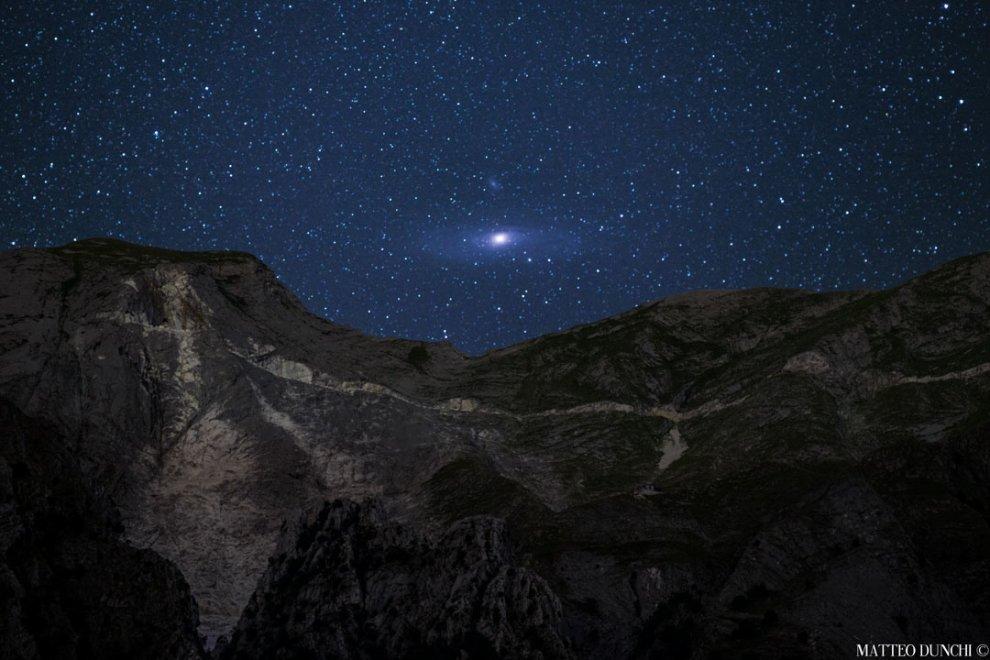 Nasa, lo scatto del giorno è di un italiano: Andromeda sorge sulle Alpi Apuane
