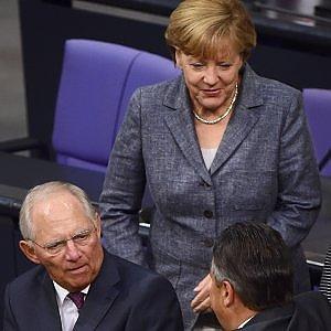 """Berlino approva gli aiuti ad Atene, Schaeuble apre: """"Si può alleggerire il debito"""""""