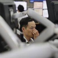 Shanghai rimbalza in chiusura, l'Europa in rosso. Crolla il petrolio