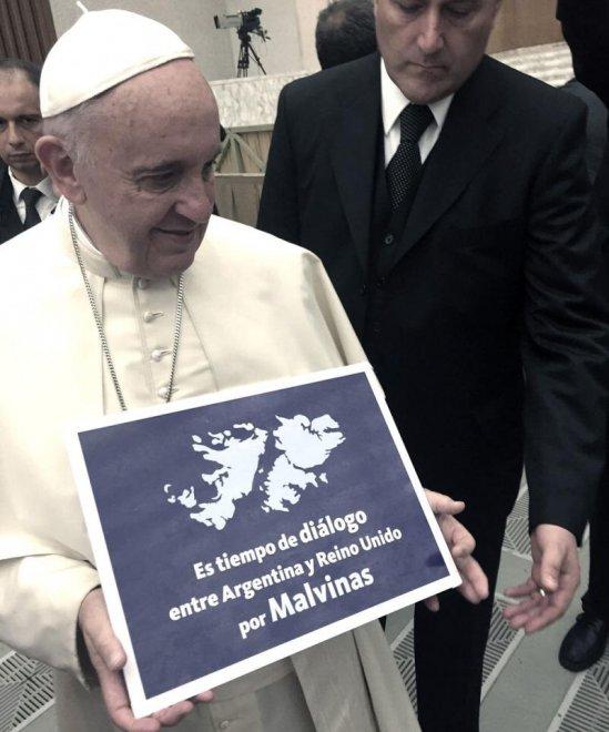 """Il Papa con il cartello per il dialogo sulle isole """"Malvinas"""""""