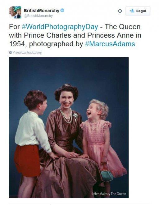 Gb, anche la regina ride: lo scatto dall'archivio della famiglia reale