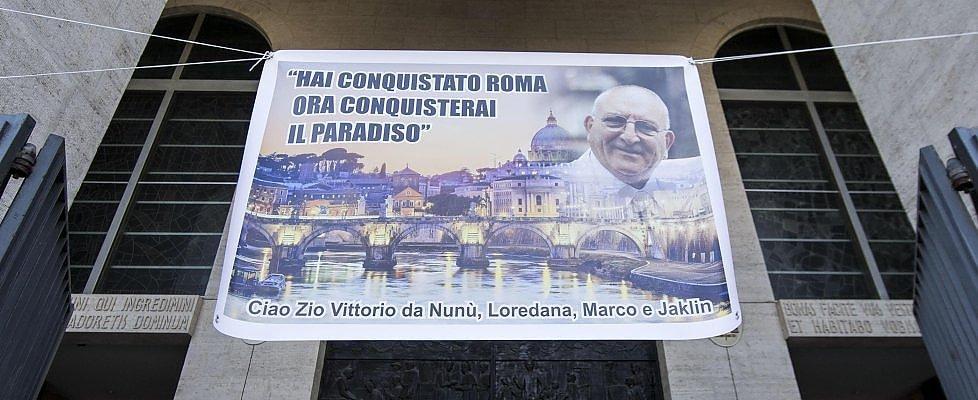 """Funerale Casamonica, il parroco: """"Lo rifarei"""". Nipote capo clan: """"Giudica Dio, non la politica"""""""