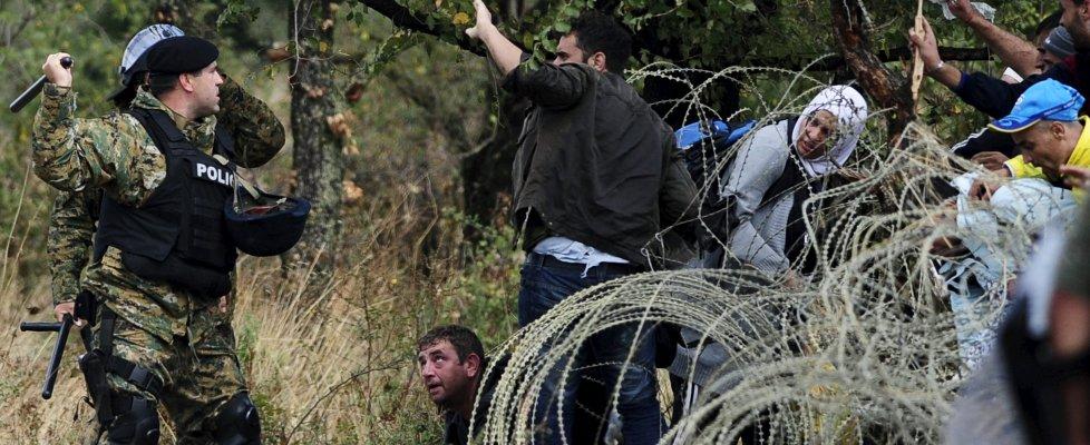 Macedonia: fermati alla frontiera, migliaia di migranti forzano il blocco e sfondano i confini