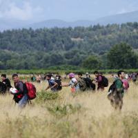 Macedonia, centinaia di migranti passano il confine