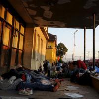 Macedonia, centinaia di migranti attraversano i binari di Gevgelija