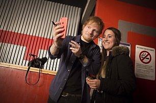 Ed Sheeran, una pausa dalla musica per lavorare al charity shop