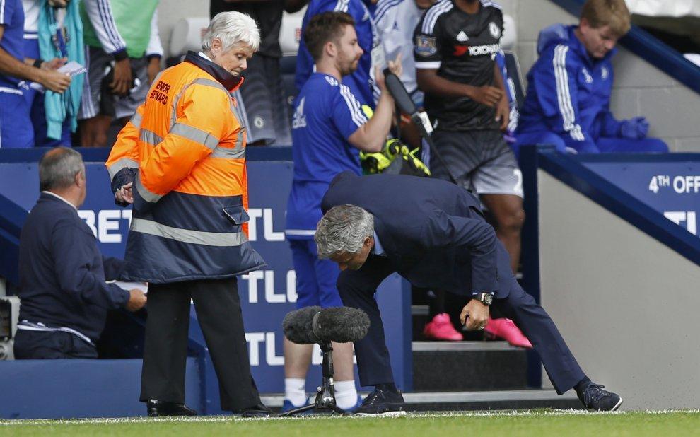 """Mourinho, urla a un microfono a bordocampo: """"Stavo solo cantando"""""""