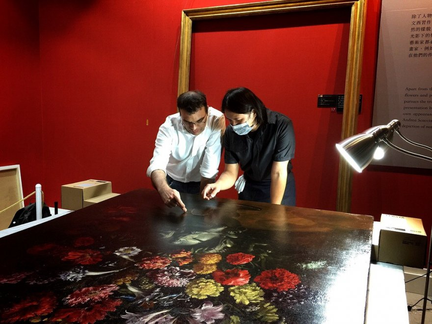 Taiwan, il quadro rovinato: un buco nella tela del '600