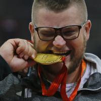 Il campione di atletica si ubriaca dopo la vittoria e paga il taxi con la medaglia